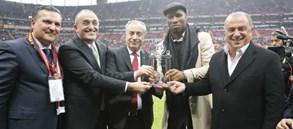 Didier Drogba'ya teşekkür plaketi
