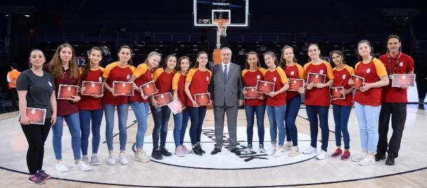 Galatasaray basketbol akademisinin başarılı sporcuları ödüllendirildi