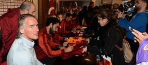 Galatasaray taraftarıyla buluştu